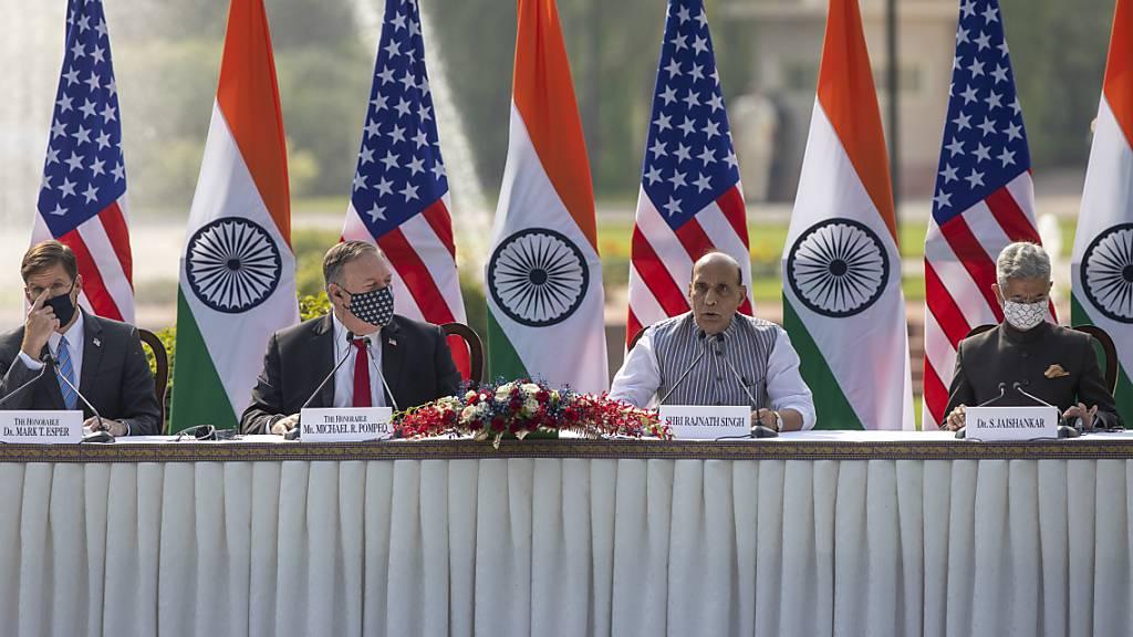 Mark Esper (links bis rechts), Verteidigungsminister der USA, Mike Pompeo, Aussenminister der USA, Rajnath Singh, Verteidigungsminister von Indien, und Subrahmanyam Jaishankar, Aussenminister von Indien, nehmen an einer gemeinsamen Pressekonferenz im Hyderabad House teil.