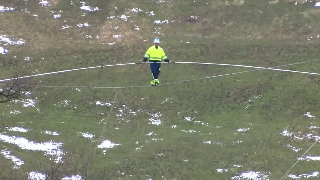 Freddy Nock balanciert für den Spatenstich zur Taminabrücke 200 Meter über dem Boden