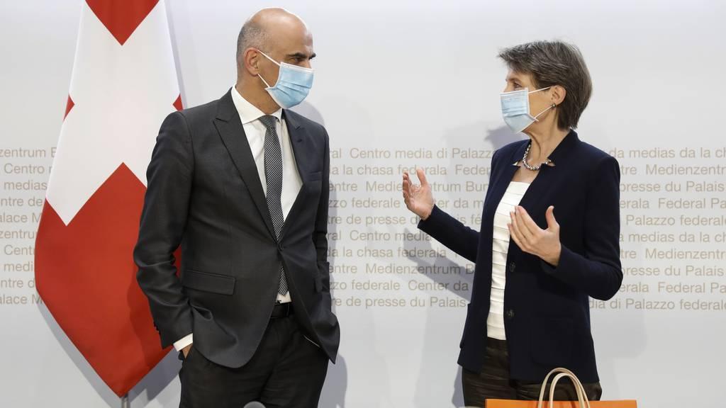 Die Bundesräte Alain Berset und Simonetta Sommaruga kündigen weitere Verschärfungen an. (Archivbild)