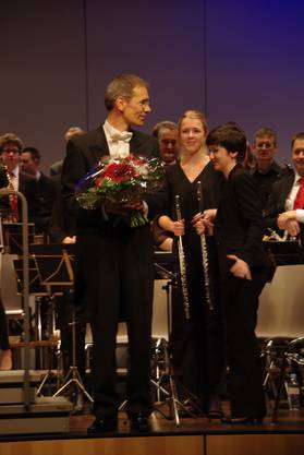 Mit Blumen bedankte sich das Orchester bei Dirigent Karl Herzog