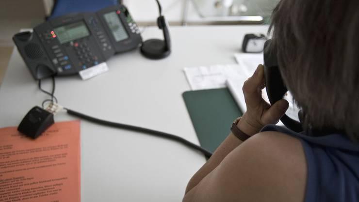 Eine Angestellte der «Dargebotenen Hand» berät einen Anrufer am Telefon. (Symbolbild)