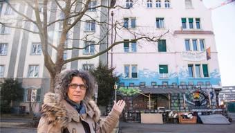Anwohnerin Karin Daniel und ihre Nachbarn hatten anfangs nichts gegen die Besetzer – doch jetzt können sie in ihren Wohnungen kaum mehr schlafen.