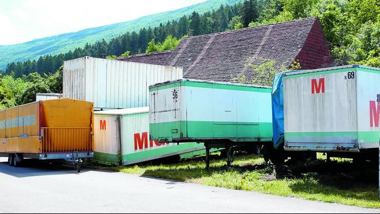 «Materiallager» Das ehemalige «Traumtheater Golden Harlekin» ist in diesen Aufliegern und Containern zwischengelagert, auf dem Geländer der alten Hammerschmiede. Die Gemeinde hat schon lange eine Räumungsverfügung erlassen. (Bild: Hr. Aeschbacher)