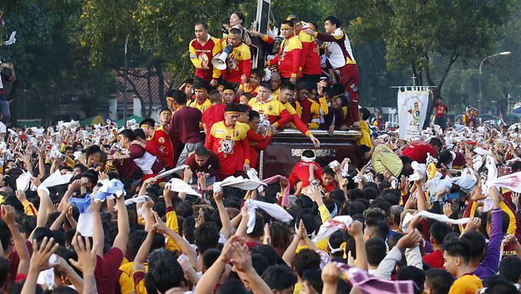 Millionen Philippiner nahmen an der Prozession teil und versuchten die Figur zu berühren.