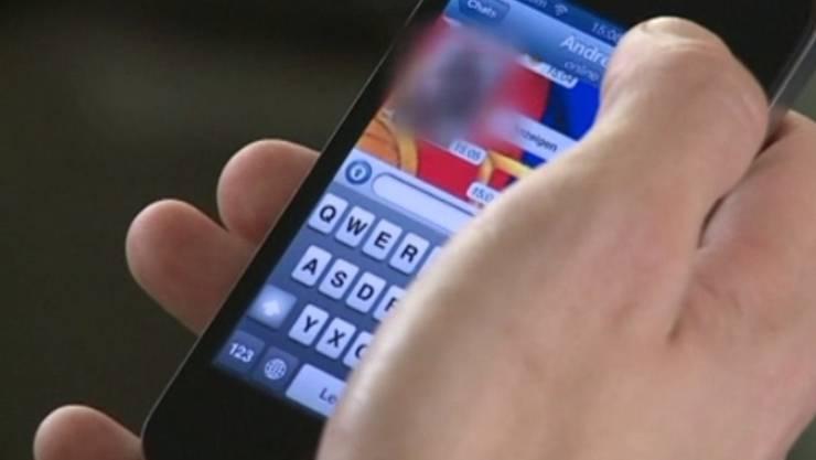 Dem Mann wurde das Handy geraubt. Als er es zurückforderte, wurde er mit einem Messer bedroht. (Symbolbild)
