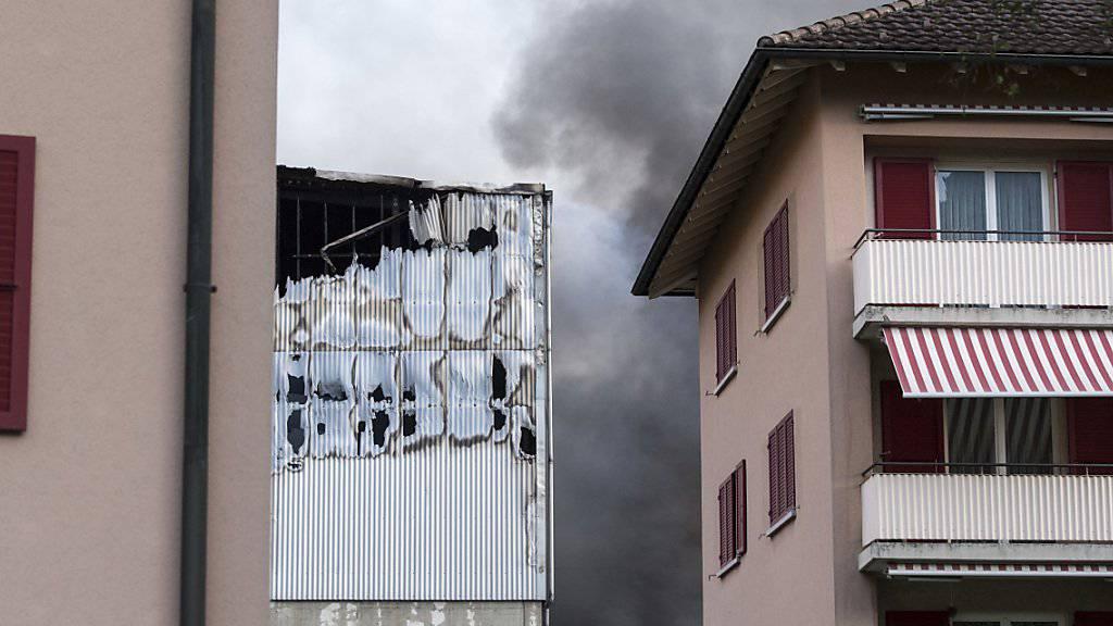 In der Nähe der Recyclinghalle, die in der Nacht auf Mittwoch in Altdorf in Brand geraten ist, befinden sich auch Wohnhäuser. Zwei Anwohner wurden wegen Verdachts auf eine Rauchgasvergiftung zur Kontrolle ins Spital gebracht.