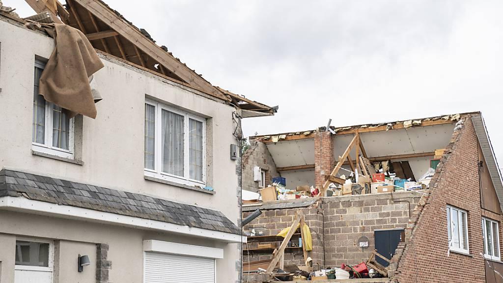 Zwei Häuser sind von einem Tornado abgedeckt worden. Foto: Anthony Dehez/BELGA/dpa