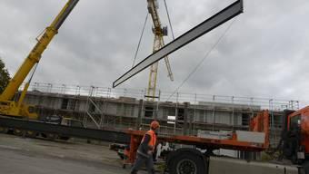 Stahlträger kommen auf neue Mehrfachsporthalle in Biberist