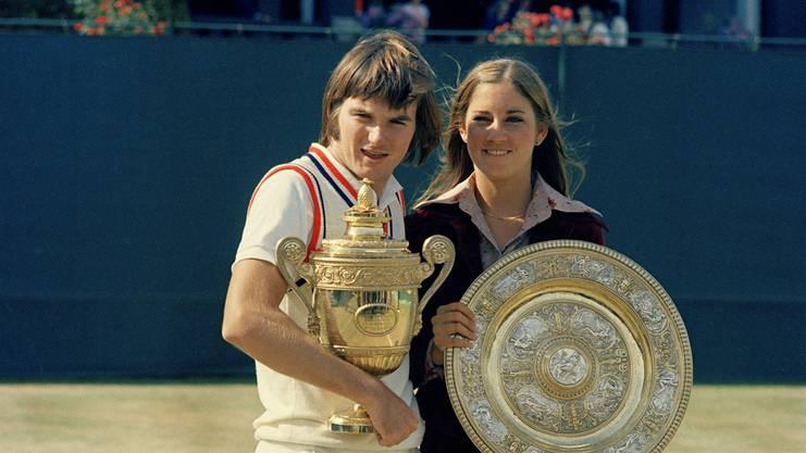 Jimmy Connors (l.) präsentiert zusammen mit Chris Evert seine Wimbledon-Trophäe aus dem Jahr 1974.