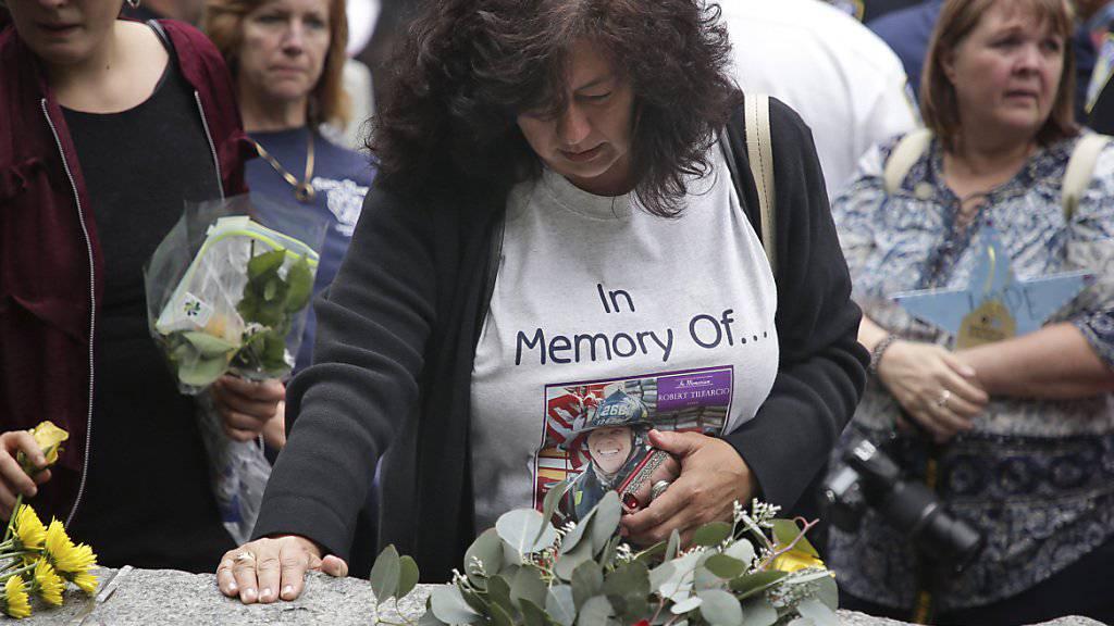 In New York ist am Donnerstag ein neuer Teil der Gedenkstätte beim «Ground Zero» eröffnet worden. Der von Felsen gesäumte Weg ist etwa den Helfern bei der Katastrophe gewidmet.