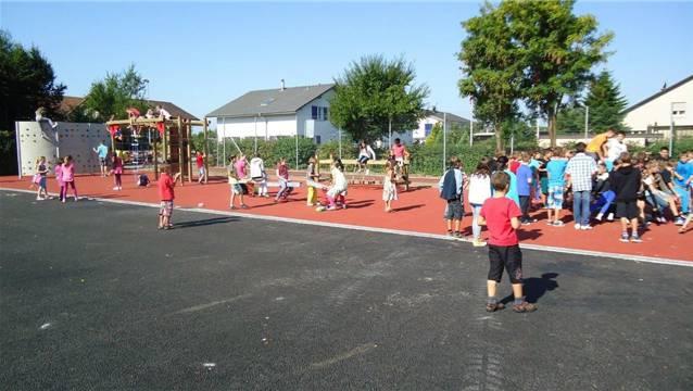 Schülerinnen und Schüler benützen den neuen Spielplatz rege.