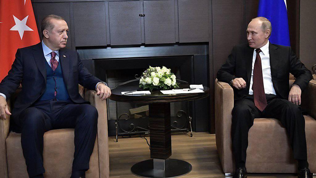 Russlands Präsident Putin (r) hat bei einem Treffen mit seinem türkischen Amtskollegen Erdogan für seine gemeinsame Erklärung mit den USA zum Syrien-Krieg geworben. Darin gehe darum, die IS-Terrormiliz endgültig zu besiegen und die syrische Souveränität zu wahren.