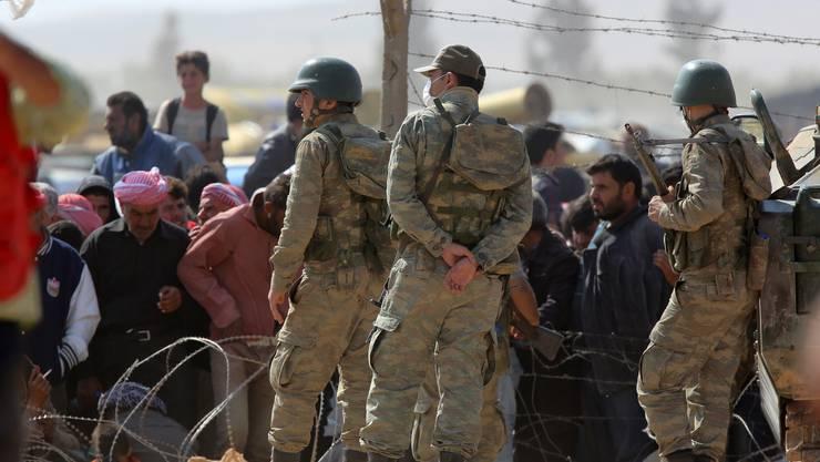 Türkische Soldaten überwachen die syrisch-türkischen Grenze