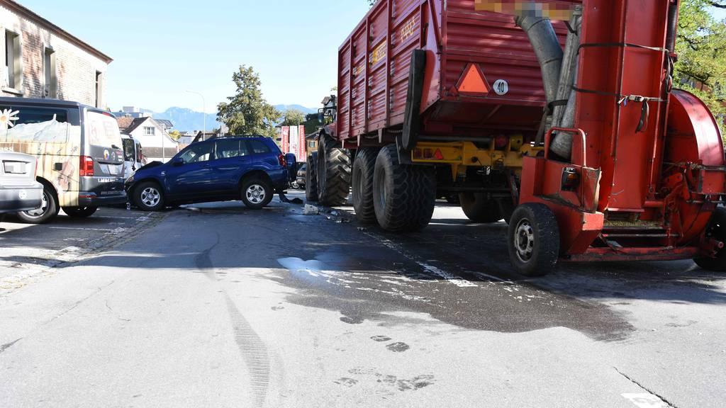 82-jähriger Autofahrer prallt in Traktor