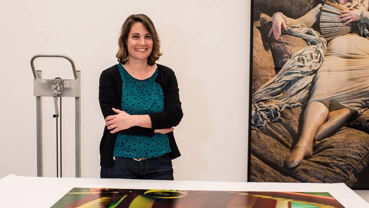 Mirjam Varadinis beim Aufbau der Ausstellung von Cindy Sherman im Kunsthaus Zürich.