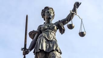 Der tödliche Unfall eines Lehrlings vor knapp 10 Jahren führte wegen Untersuchungen zu Verzögerungen und schliesslich zur Verjährung des Falls – nun sitzt der Staatsanwalt auf der Anklagebank.