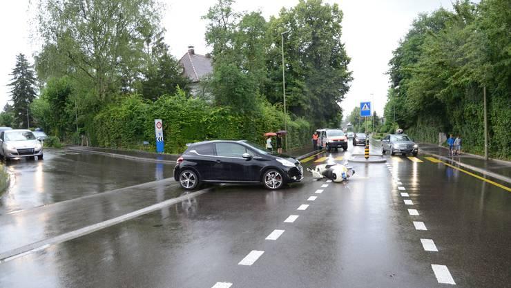 Ein Rollerfahrer kollidierte mit einem Personenwagen.