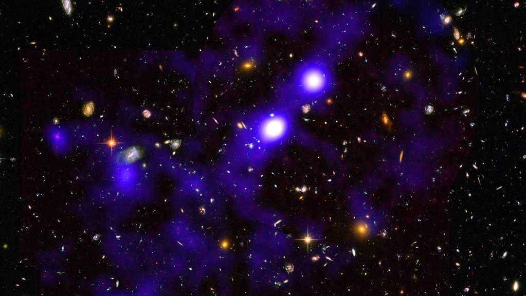 Das Bild zeigt eines der Wasserstoff-Filamente, die die Astronomen entdeckt haben. Es befindet sich im Sternbild Furnace, 11,5 Milliarden Lichtjahre entfernt und erstreckt sich über 15 Millionen Lichtjahre. (Pressbild)