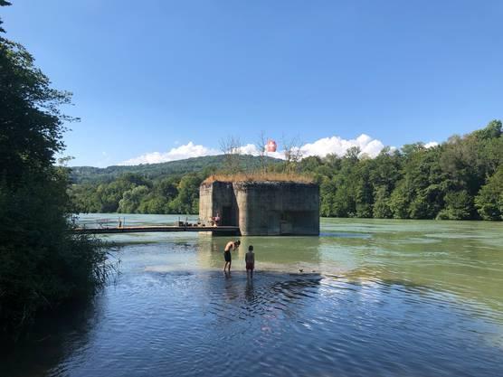 """Der Weg führt ins Zurzibiet und soll jetzt bis Fisibach verlängert werden. Wo heute ein Bunker auf Fisibacher Boden steht, stand bis 1875 die Wasserburg Schwarzwasserstelz, die in Gottfried Keller """"Hadlaub"""" erwähnt wird."""