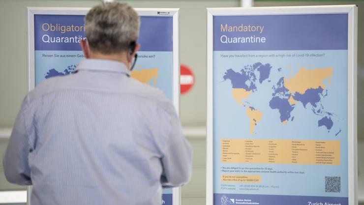 Ein Plakat weist auf die obligatorische Quarantäne bei der Einreise aus Risikoländern hin. (Symbolbild)