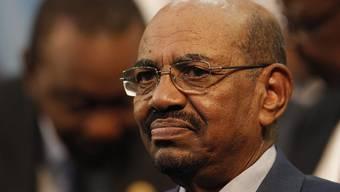 Der mit internationalem Haftbefehl gesuchte sudanesische Präsident Omar al-Baschir hat sich trotz eines vorläufigen Ausreiseverbots einer möglichen Festnahme in Südafrika entzogen.