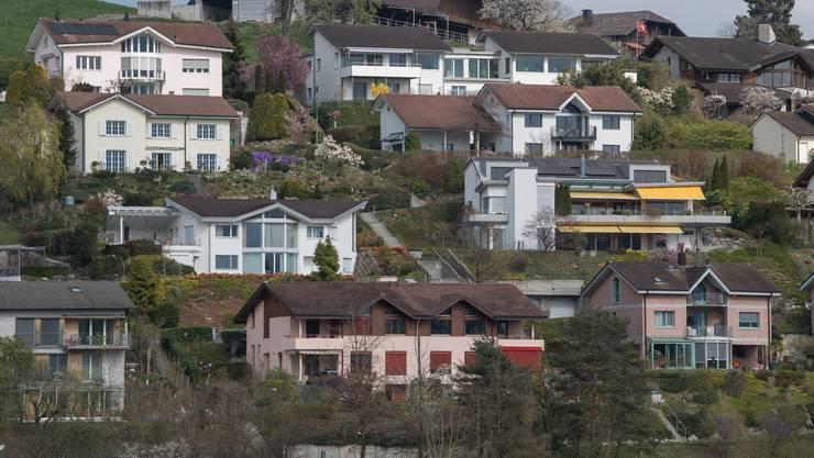 Einfamilienhäuser – wie hier in Adligenswil – sind in der Schweiz weiterhin sehr beliebt. (Symbolbild)