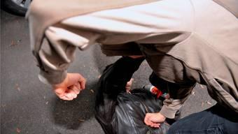 Laut Aussagen der drei jungen Männer seien mehrere Unbekannte ausgestiegen und hätten zwei der Fussgänger ohne erkennbaren Grund mit Faustschlägen traktiert. (Symbolbild)