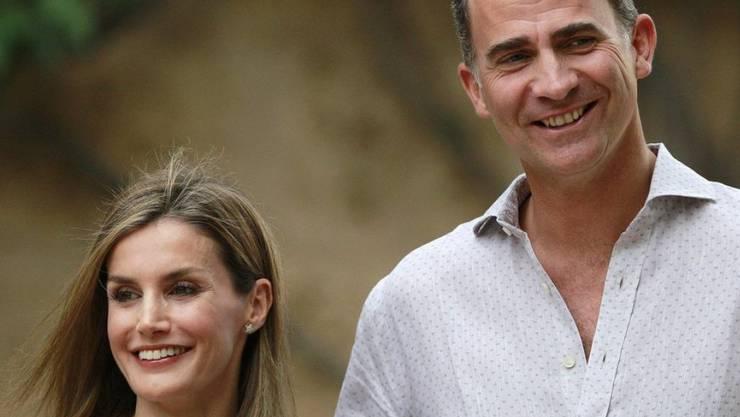 König Felipe VI. und Königin Letizia vor ihrem Ferienpalast Marivent auf Mallorca. Linke Politiker aus der Region fordern, dass die Gärten des Palasts öffentlich zugänglich gemacht werden (Archiv)