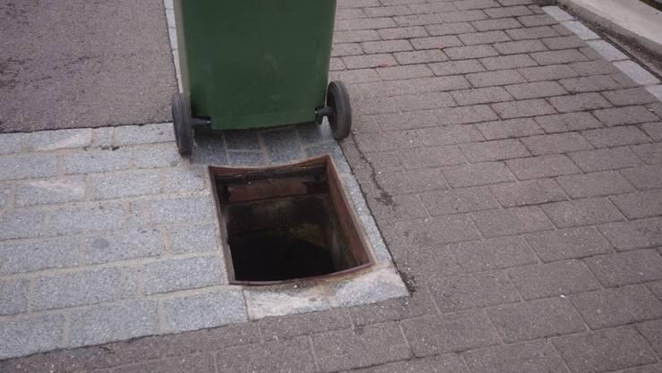Unbekannte haben kürzlich einen Schachtdeckel entfernt und in den Wüeribach geworfen.