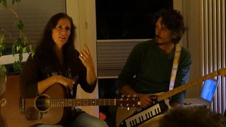 Beth Wimmer und Luka Zotti spielten in Susanne Wilkes Wohnzimmer.