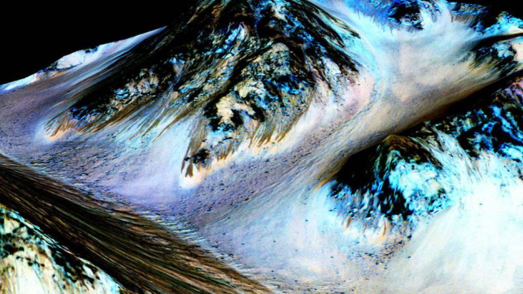 Bilder vom Mars zeigen dunkle, schmale Streifen, die möglicherweise durch strömendes Salzwasser gebildet wurden.