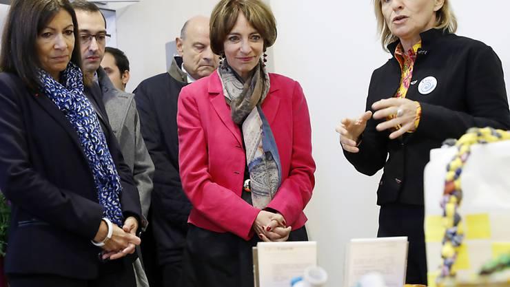 Erster Drogenkonsumraum Frankreichs: Stadtpräsidentin Hidalgo (l) und Gesundheitsministerin Touraine hören den Ausführungen von Ärztin Elisabeth Avril zu.