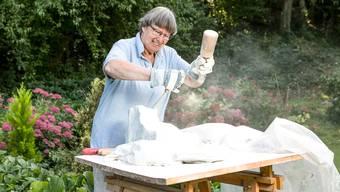 Els Grieder arbeitet an Alabasterskulpturen in ihrem Garten: Die Dietikerin stellt nun in der Galerie Bachlechner aus
