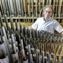 Thomas Brand im Herzen der sanierten Orgel in Gelterkinden.
