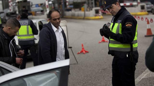 Zollbeamte kontrollieren Grenzgänger in La Jonquera