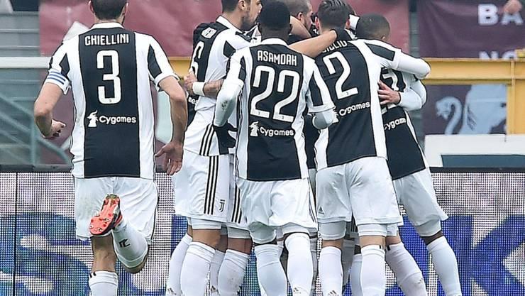 Juventus' Spieler bejubeln das Siegtor von Alex Sandro im Derby