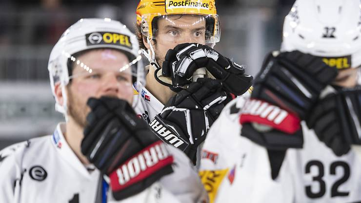 Die Enttäuschung über das Verpassen der Playoffs sitzt bei Fribourgs Topskorer Julien Sprunger (mit gelbem Helm) und dessen Teamkollegen tief