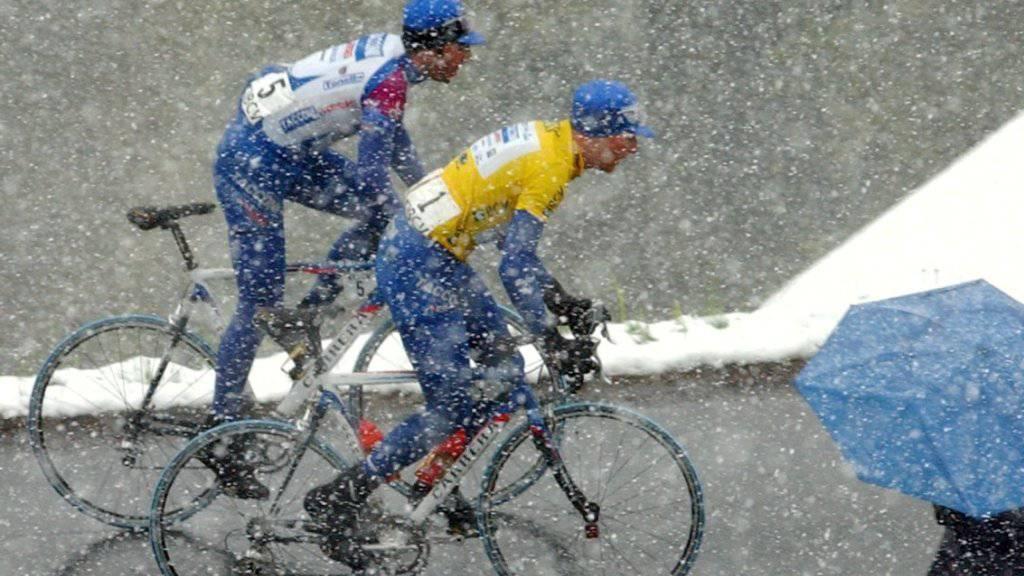 Die Tour de Romandie hat immer wieder mit widrigen Wetterbedingungen zu kämpfen. Hier ein Bild aus dem Jahr 2002
