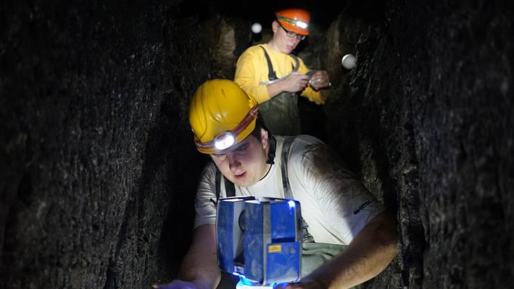 Sie zwängen sich durchs Gestein: Mit einem lasergerät vermessen Patrick Lenherr (vorne) und Martin Henz einen Teil der Meyerschen Stollen.