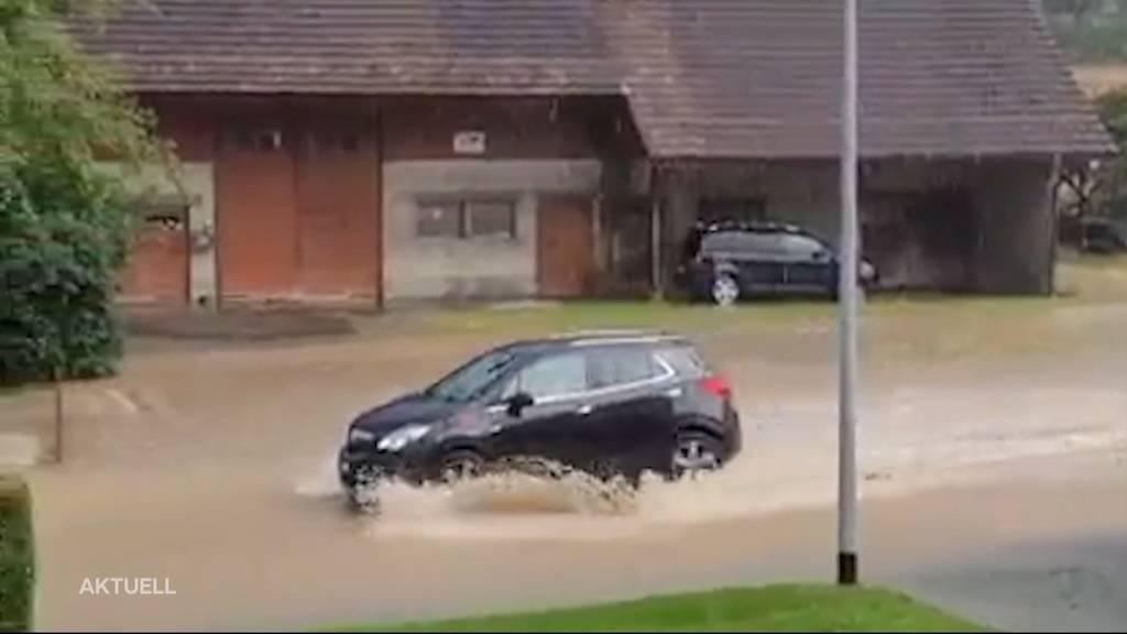 Aquaplaning-Gefahr: So fahrlässig ist es, mit dem Auto durch überschwemmte Strassen zu fahren