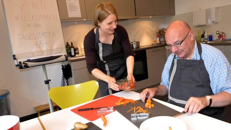 Die Sozialpädagogin Sibylle Keller kocht mit einem Bewohner
