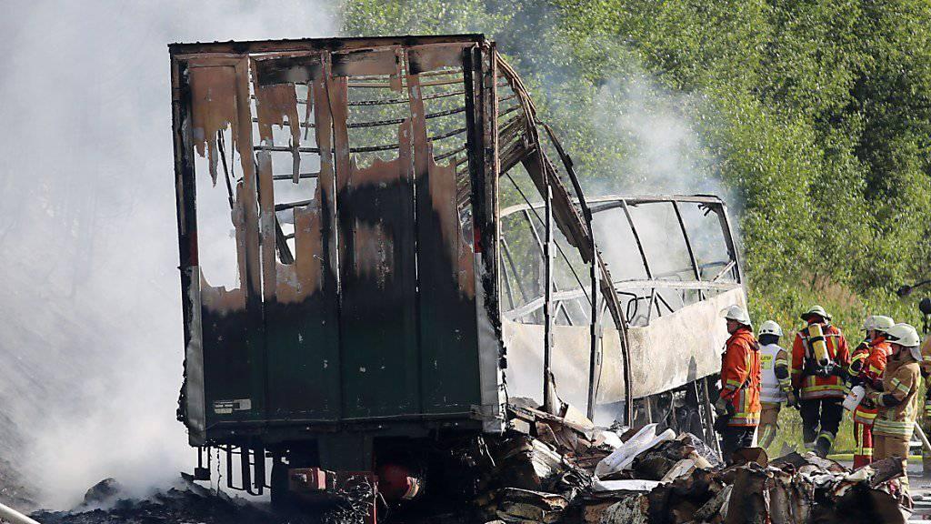 """Bei einem Busunglück vor vier Wochen in Bayern sind 18 Menschen getötet worden. Nach Erkenntnissen der Ermittler war die  """"Verkettung mehrerer tragischer Umstände"""" die Ursache für den Unfall."""