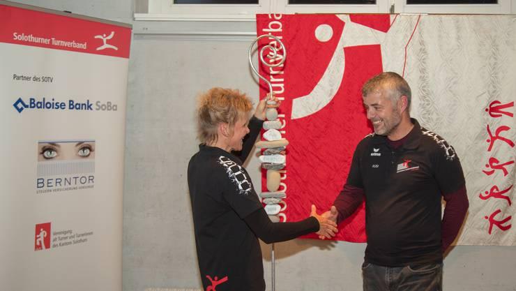 Die Präsidentin Brigitte Barrer gratuliert Markus Uebelhart zur Ehrenmitgliedschaft.