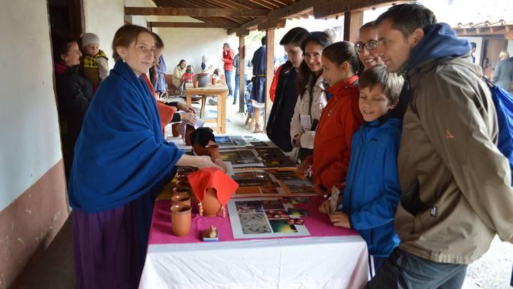 Die Besucher können ihr Gleichgewicht nach der antiken Viersäftelehre wieder ins Lot bringen lassen.
