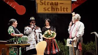 Die Organisatoren (Mitte) verabschieden das Duo Vreni und Roman, das zum letzten Mal dabei war. Vor den Witzen der Kammersänger war nichts und niemand sicher. OK-Präsident Philipp Neeser beobachtet Chrigi Bächer und Hansi Koch beim Strauschnitt.
