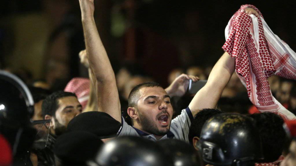 In den vergangenen Tagen gingen Tausende Jordanier auf die Strasse, um gegen Steuererhöhungen zu protestieren.