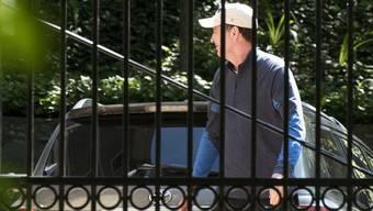 James Comey am Mittwoch: Der Ex-FBI-Chef zeigt sich lächelnd vor seinem Haus in Virginia.