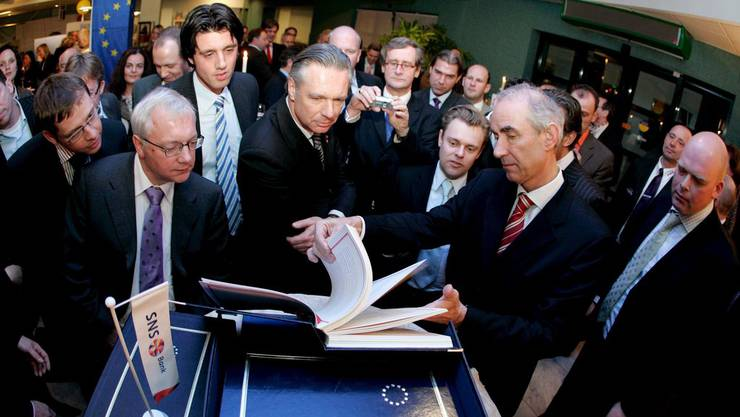 Maastricht 1992: Bürgermeister Gerd Leers präsentiert das Vertragswerk.