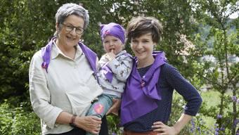 Annemarie Gloor mit ihrer Tochter Lea Dauwalder und Enkelin Meret vor dem Frauenstreik.
