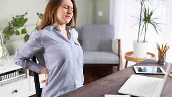 Wenn zuhause ein richtiger Bürostuhl fehlt, muss man besonders auf die Sitzposition achten.